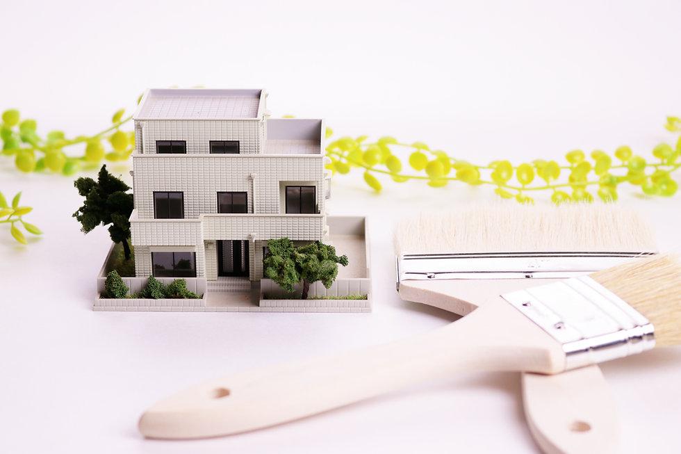 家の模型と刷毛