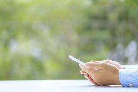 携帯男性の手の画像