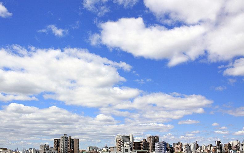 青い空とビルの街並み