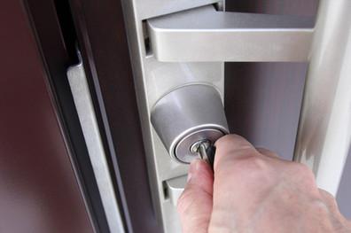 鍵でドアを開ける
