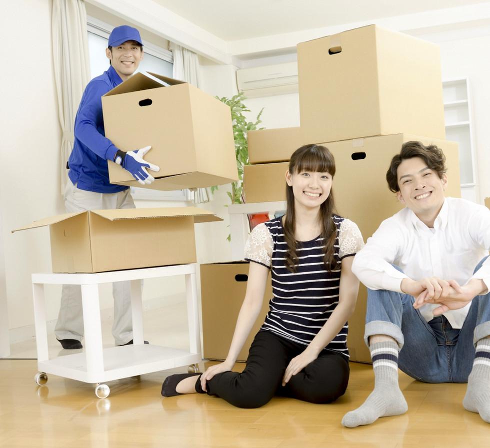 家族と引っ越し作業員