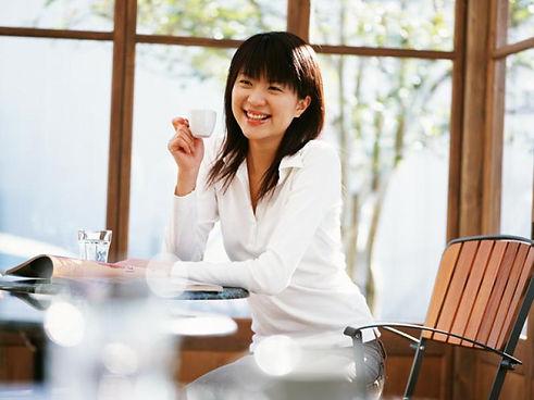 カフェでゆっくりする女性