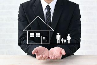 ビジネスマンと家