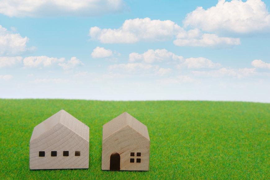 家と草原と空