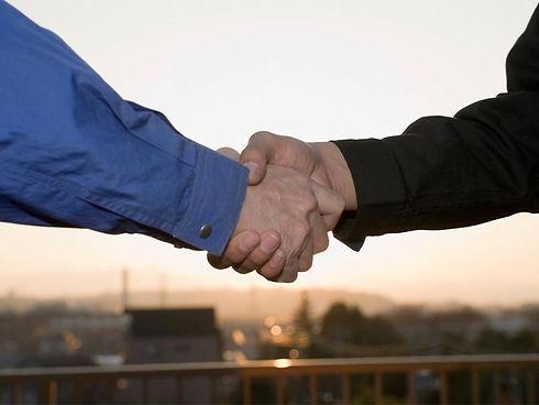 かたい握手