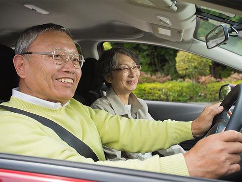 ドライブ中の老夫婦