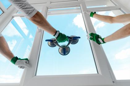 窓修理の作業員
