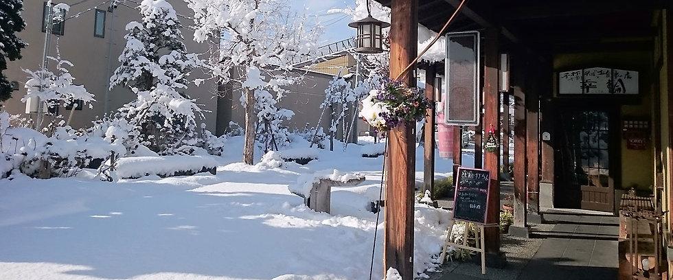 雪景色のお店の外観