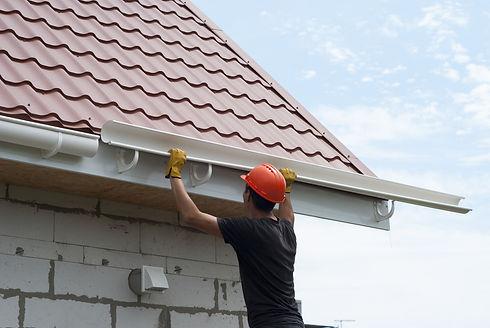 屋根工事をする作業員