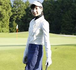 ゴルフウェアを着た女性