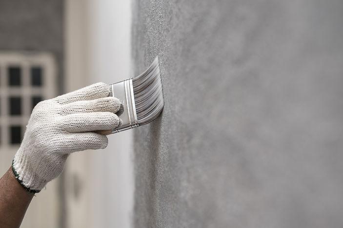 ペンキを塗っている塗装職人