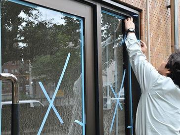 窓の工事をする男性