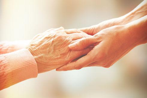 介護士と老人の手