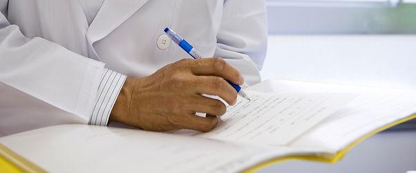 書類を書く医師