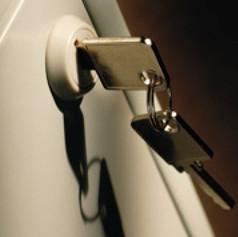 ドアに差し込まれた鍵