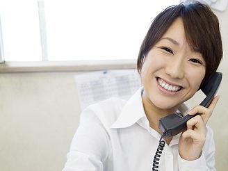 電話対応する女性