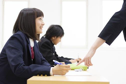 塾で勉強をする中学生
