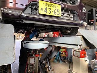 車を整備する従業員