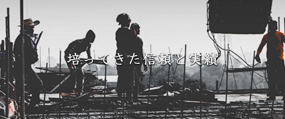 解体作業をする男性たち.jpg
