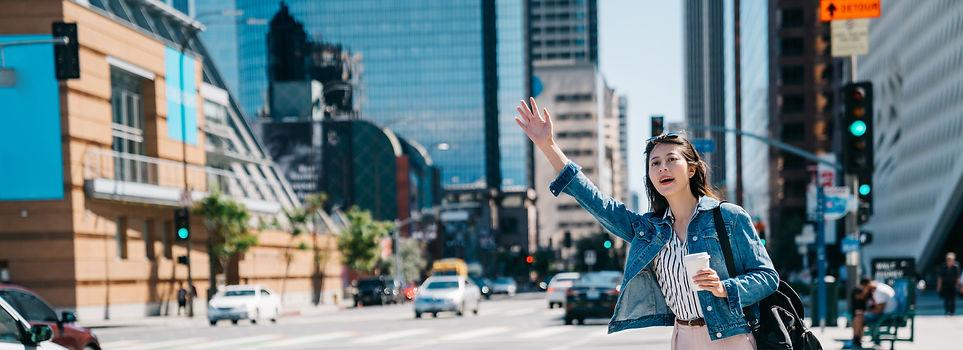 手を挙げてる女性