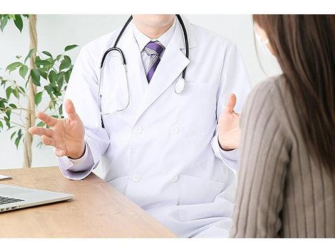 説明する医師