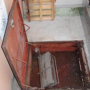 避難ハッチ交換 扉を開いた状態