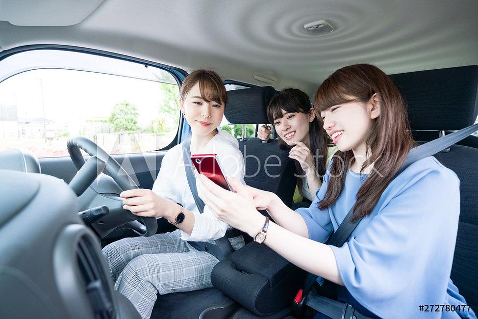 女性3人組車内