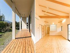 大きな開口部から光を取り込む平屋の家