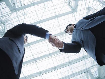 握手をする男性2人
