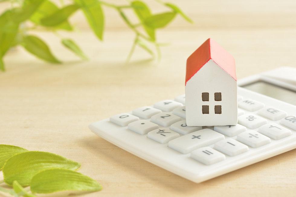 赤い屋根の家のおもちゃと電卓