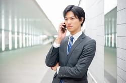 電話しているスーツの男性