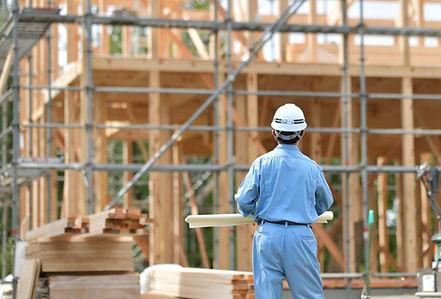 建築工事をみている男性
