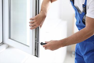 窓を修理する手