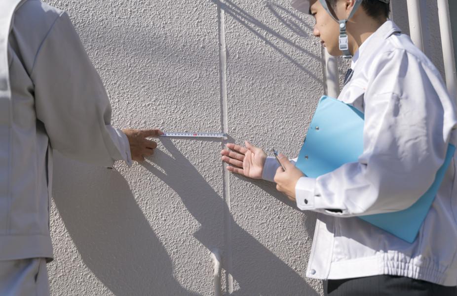 外壁を確認するスタッフ
