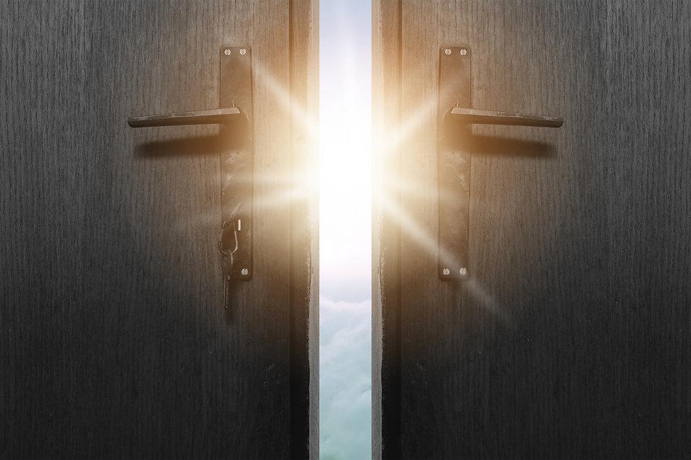 光のさす扉