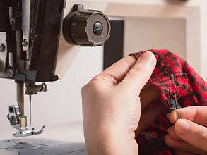 チェックの服の縫製