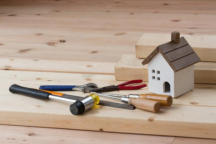 工具と家の模型