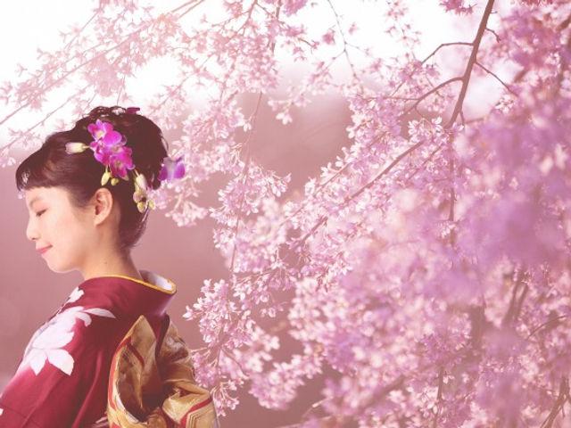着物女性とお花