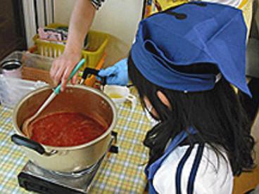 ご飯を作る子ども