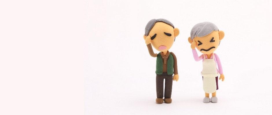 頭を抱える老夫婦