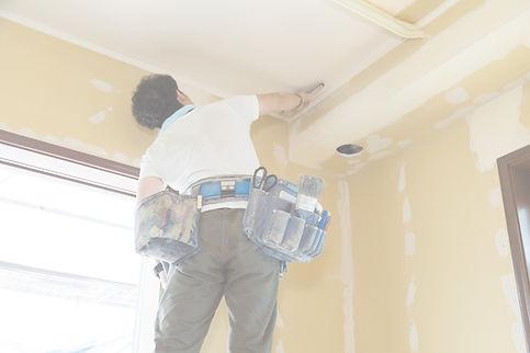 内装工事をする男性