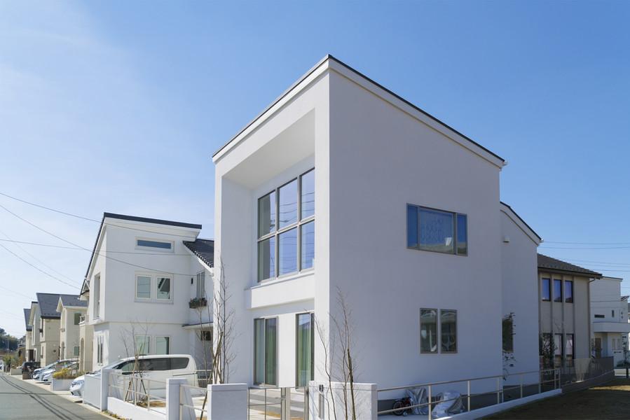 白い壁の一軒家