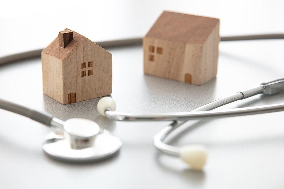 聴診器と家のオブジェ