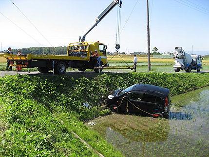 田んぼに落ちた車