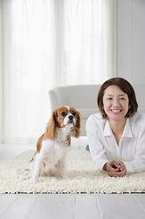 家の中でくつろぐ犬と女性