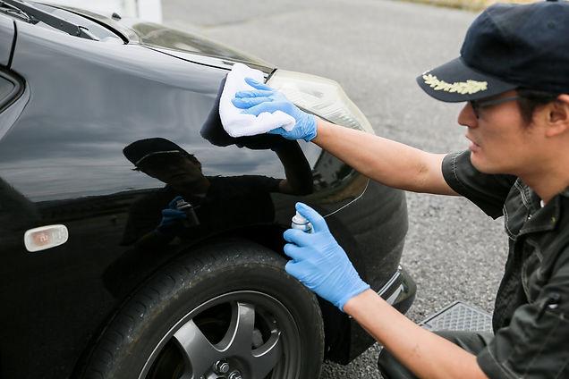 車を磨く作業員