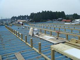 折板屋根の葺き被せ工事