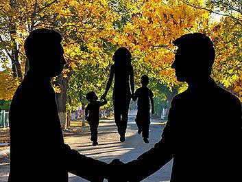 Иллюстрация к роману. В осеннем парке гуляет молодая мама с двумя сыновьями. А на переднем плане о чем-то договариваются двое мужчин.