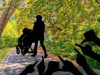 Мать-одиночка с коляской на прогулке в парке. И силуэты рук, с осуждением показывающие на нее.