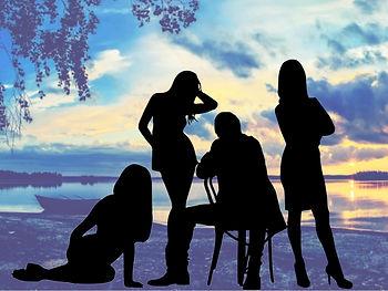 иллюстрация к роману Многогранник страсти. Закат на озере. На берегу, в окружении трех молодых девушек, сидит задумчивый мужчина.